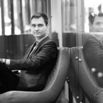 Fotografia portretowa. Biznesowa sesja zdjęciowa. Odbicie lustrzane człowieka siedzącego na fotelu.