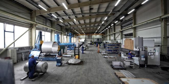 Fotografia reklamowa fabryki. Zdjęcie panoramiczne wnętrza hali produkcyjnej.