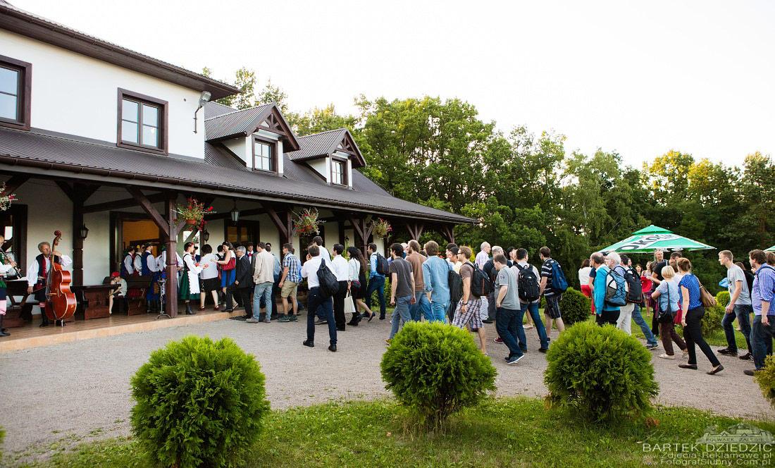 Kongres w Folwarku Zalesie. Bartek Dziedzic fotografia reklamowa oficjalne przywitanie przed salą.