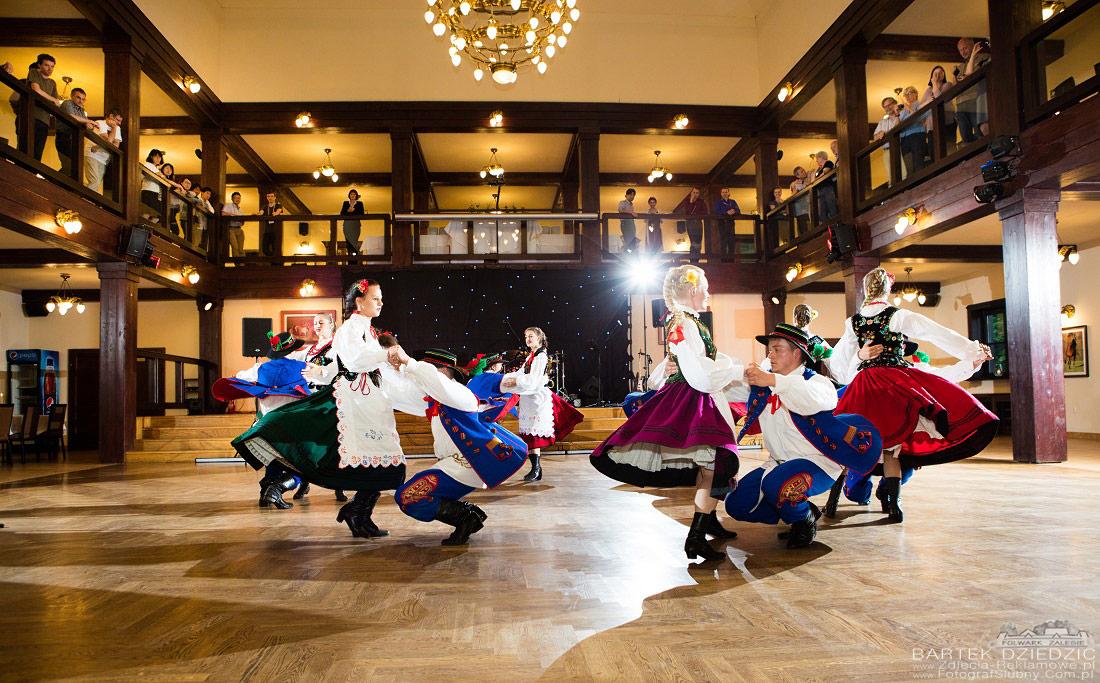 Kongres Folwark Zalesie. Tancerze w tradycyjnych strojach podczas występu.