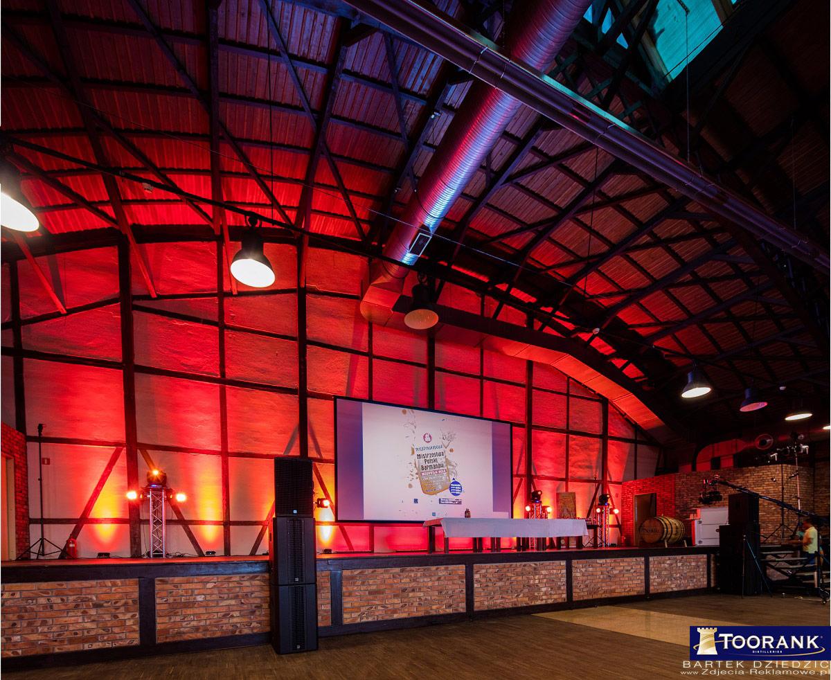 Stara Zajezdnia podczas mistrzostw Polski Barmanów 2015. Oświetlenie głównej sceny wewnątrz hali.