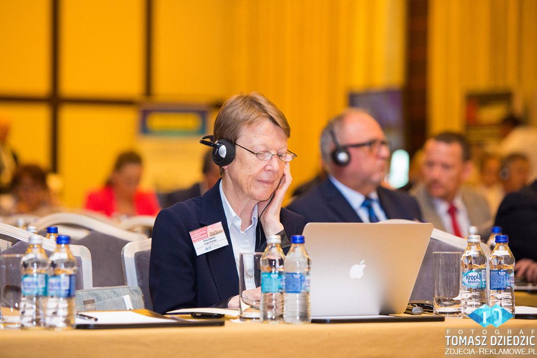 Tłumacz podczas konferencji w Warszawie. Tłumaczenie zapewnia firma Bireta