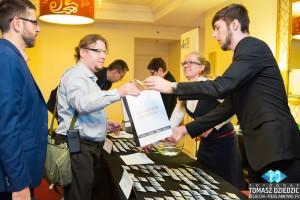 Wręczenie materiałów podczas konferencji Warszawa