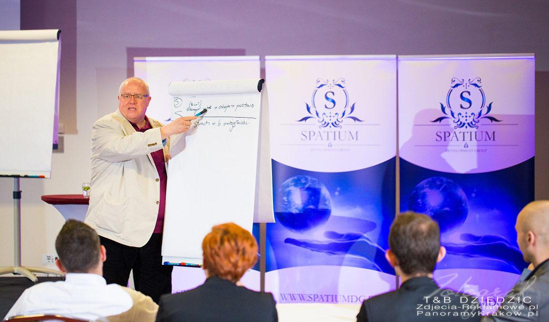 Dariusz Sikorski podczas konferencji w Krakowie