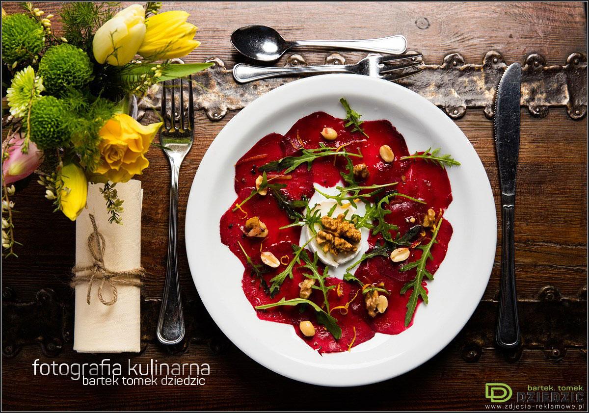 Fotografia kulinarna Kraków- zdjęcie potrawy na białym talerzu, wykonane na drewnianym stole