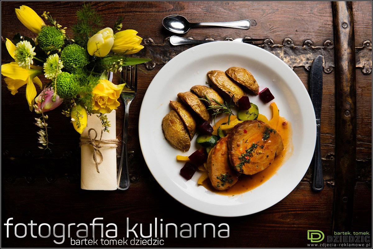 Sesje zdjęciowe do książek- zdjęcie potrawy na białym talerzu, wykonane na drewnianym stole