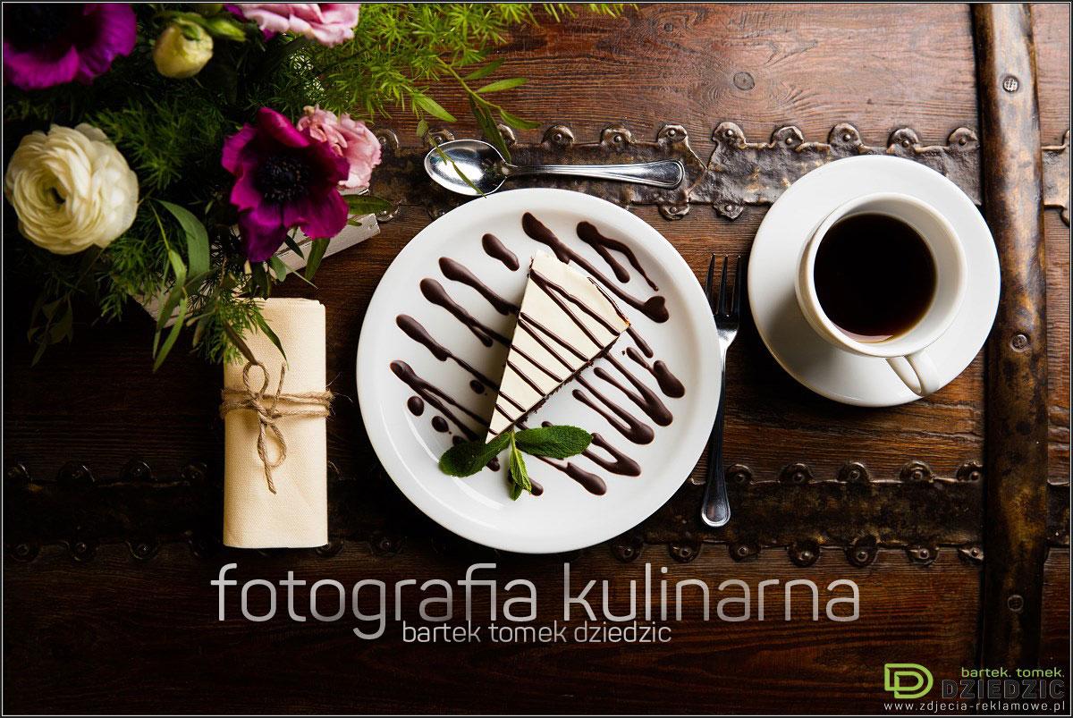 Studio fotografii kulinarnej - zdjęcie potrawy na białym talerzu, wykonane na drewnianym stole