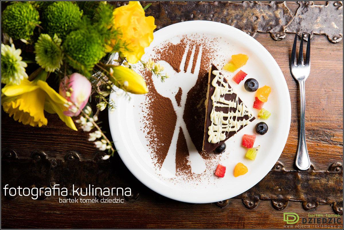 Zdjęcia do kart menu - zdjęcie potrawy na białym talerzu, wykonane na drewnianym stole