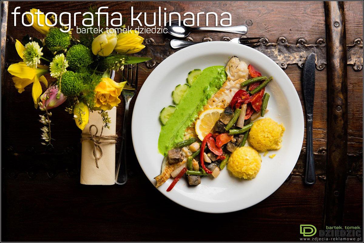 Zdjęcia jedzenia - zdjęcie potrawy na białym talerzu, wykonane na drewnianym stole