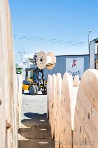 Wózek widłowy przewożacy bęben drewniany. Zdjęcie reklamowe dla firmy Kartex