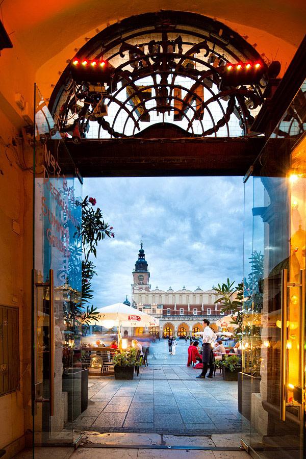 Widok na rynek główny z restauracji Kraków. Fotografia reklamowa Kraków.