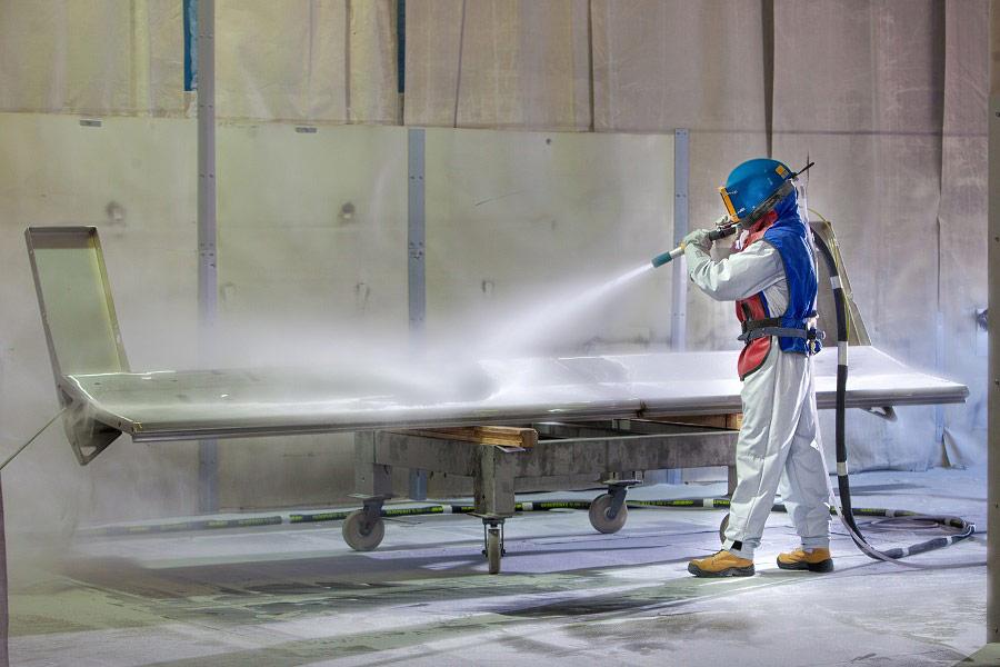 Fabryka, piaskowanie elementów produkcyjnych