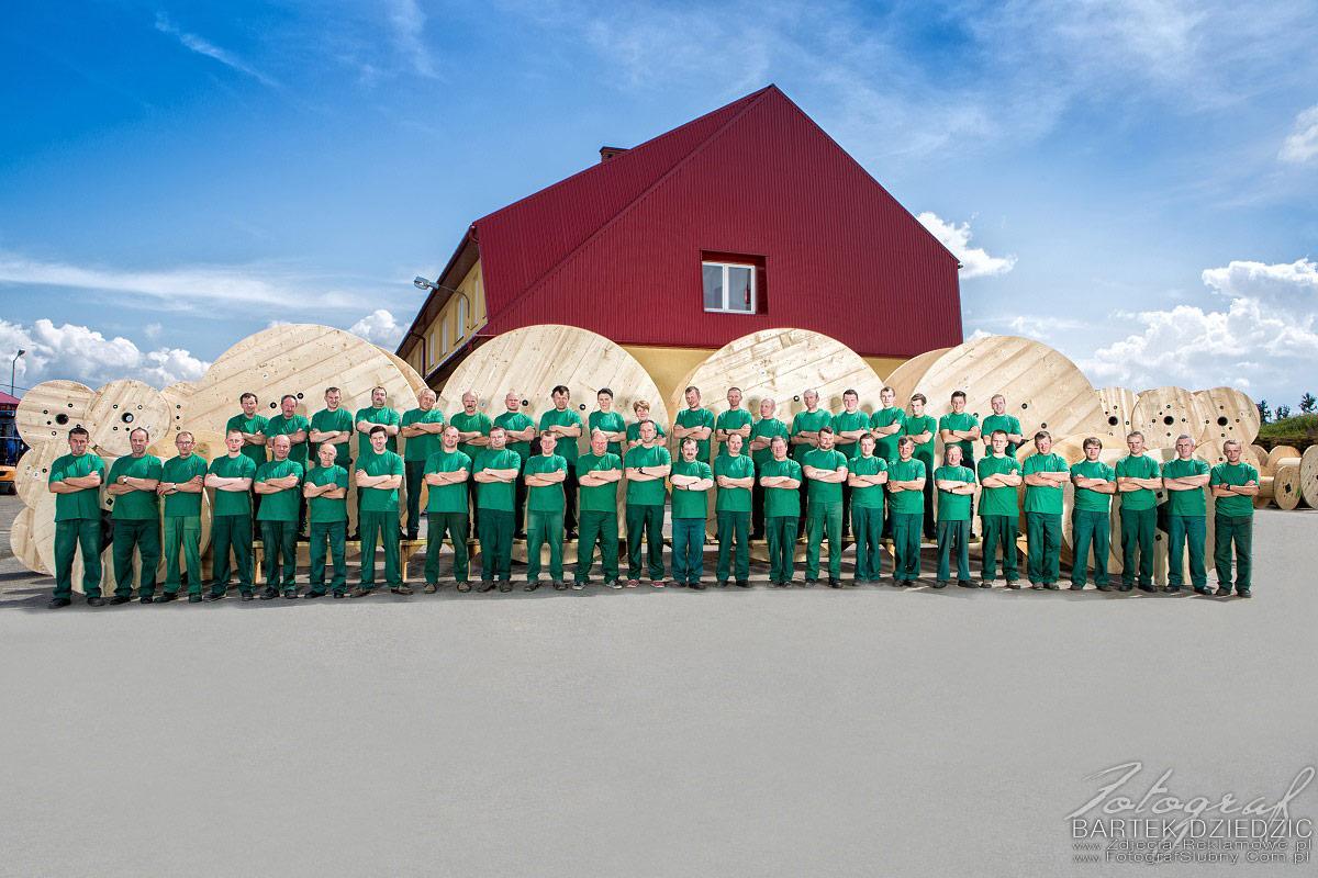 Fotografia Przemysłowa to także zdjęcia grupowe pracowników. Zdjęcie ponad stu osób na tle produktów firmy.