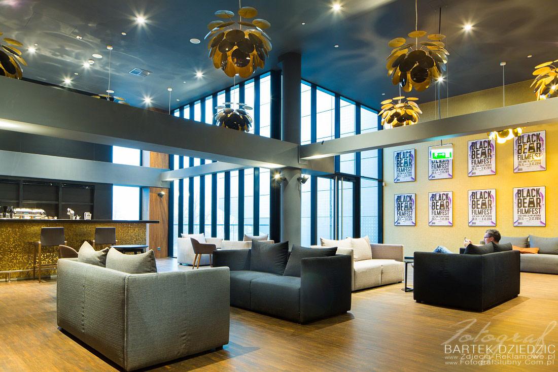 Fotograf reklamowy Warszawa. Na zdjęciu widoczne są sofy dla gości restauracji.