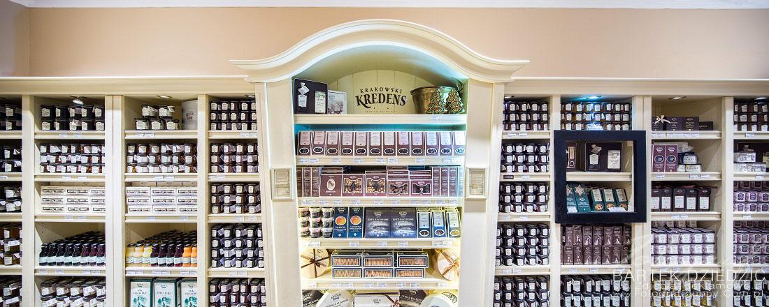 Fotografia reklamowa wykonana w Krakowskim Kredensie. Zdjęcie pokazuje wyposażenie sklepu. Meble oraz widok wnętrza.
