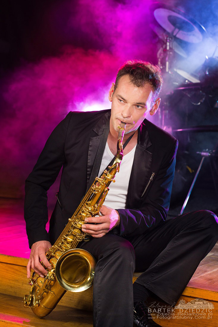 Portret biznesowy Kraków. Na zdjęciu muzyk, saksofonista.