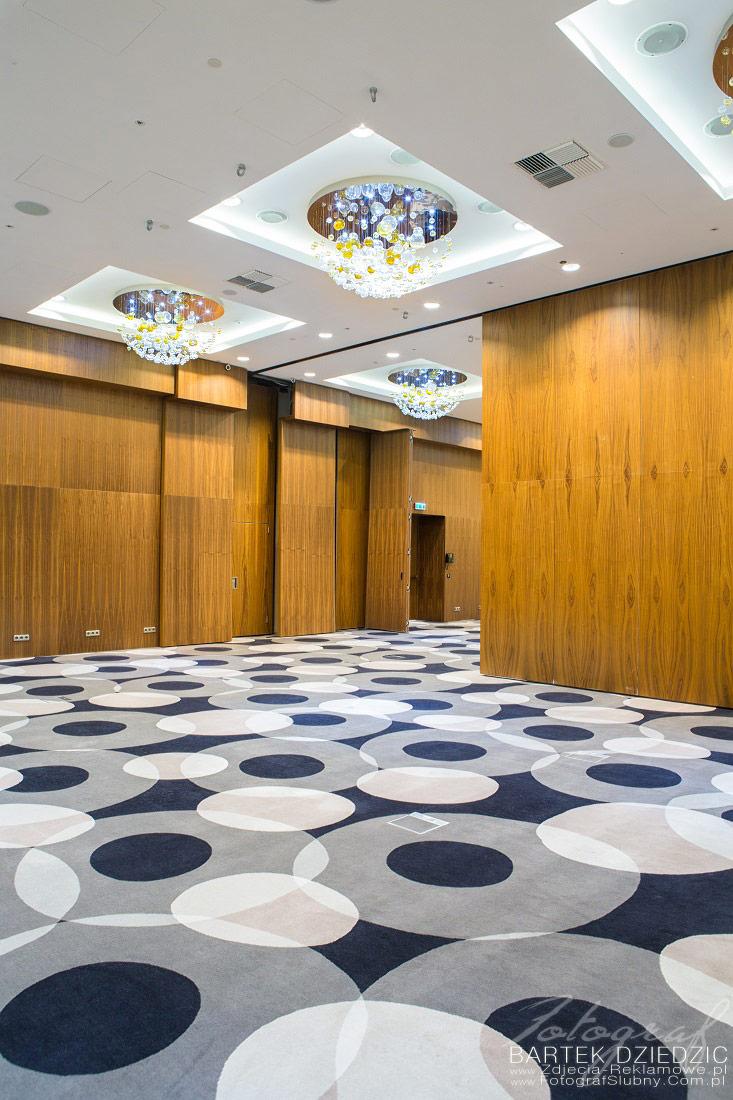 Zdjęcie hotelu. Widok wnętrza sali konferencyjnej. Na zdjęciu zostało pokazane ustawienie w którym można podzielić salę na dwa osobne pomieszczenia.