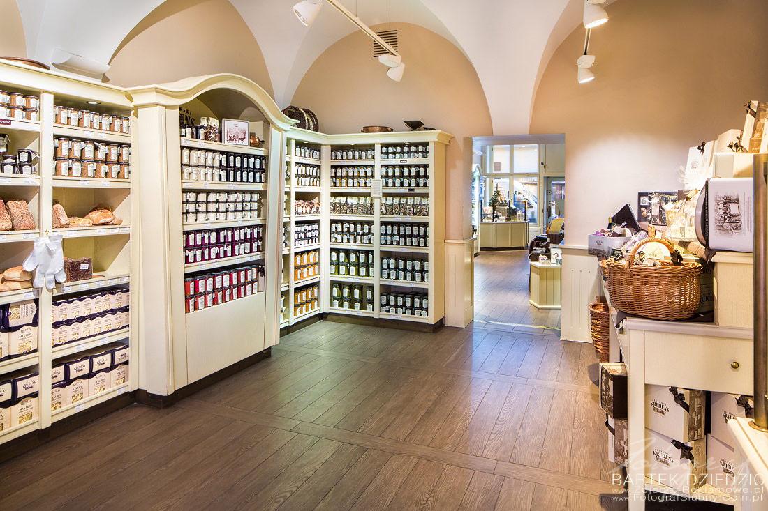 Zdjęcia reklamowe Krakowski Kredens. Na zdjęciu został pokazany wystrój sklepu oraz jego wnętrze.