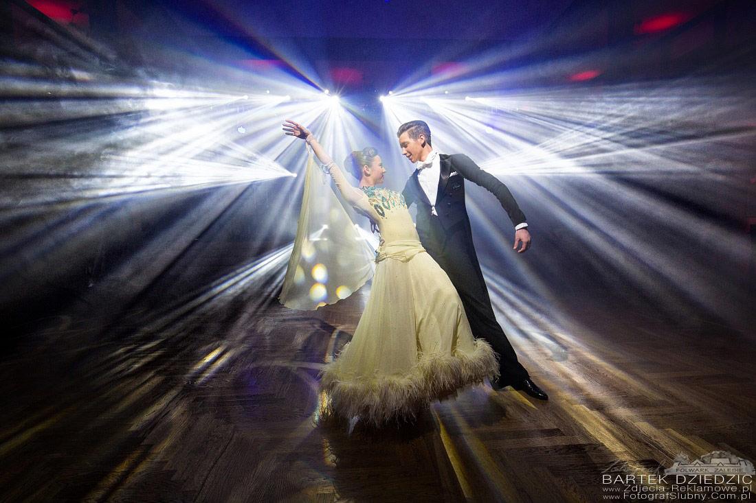 Zdjęcia turniej tańca. Na zdjęciu dynamiczny taniec pary.