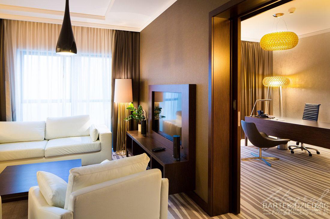 Zdjęcia wnętrz Hotelu. Widok na dwa pokoje w apartamencie. po lewej część salonowa po prawej część biurowa.