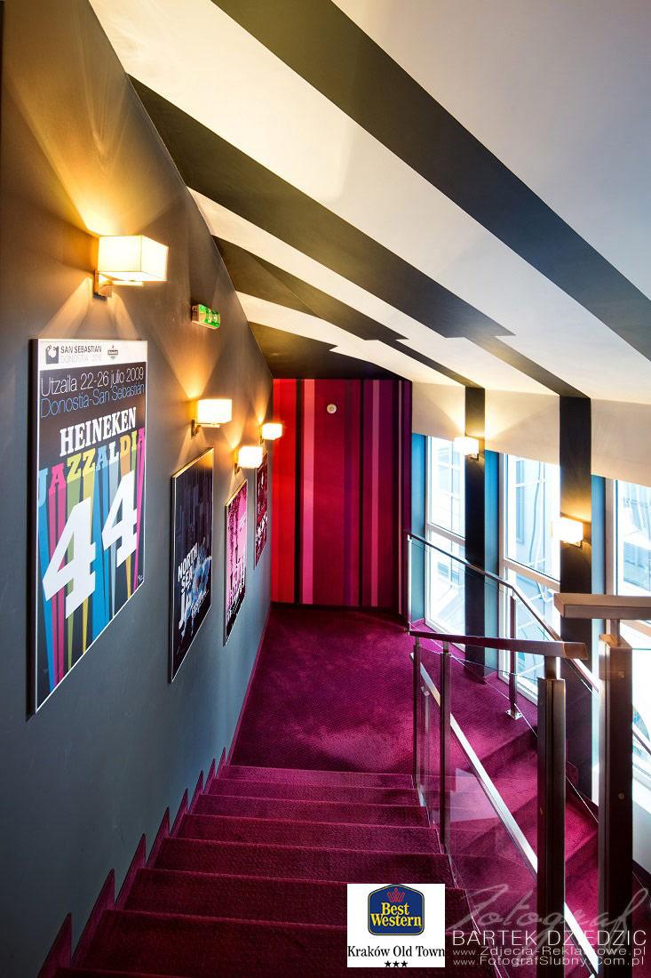 Fotograf hotelowy. Zdjęcie przedstawia korytarz i piękną klatkę schodową w hotelu Best Western Old Town w Krakowie.