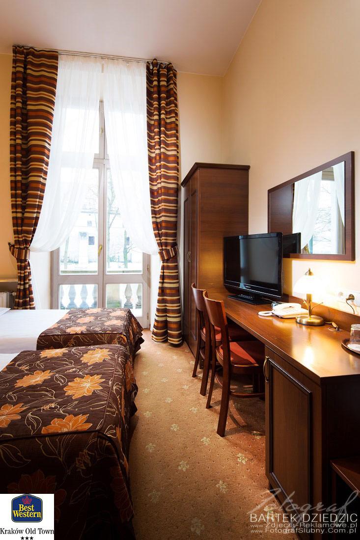 Zdjęcia reklamowe hoteli. Zdjęcie pięknego klasycznie wykończonego pokoju.