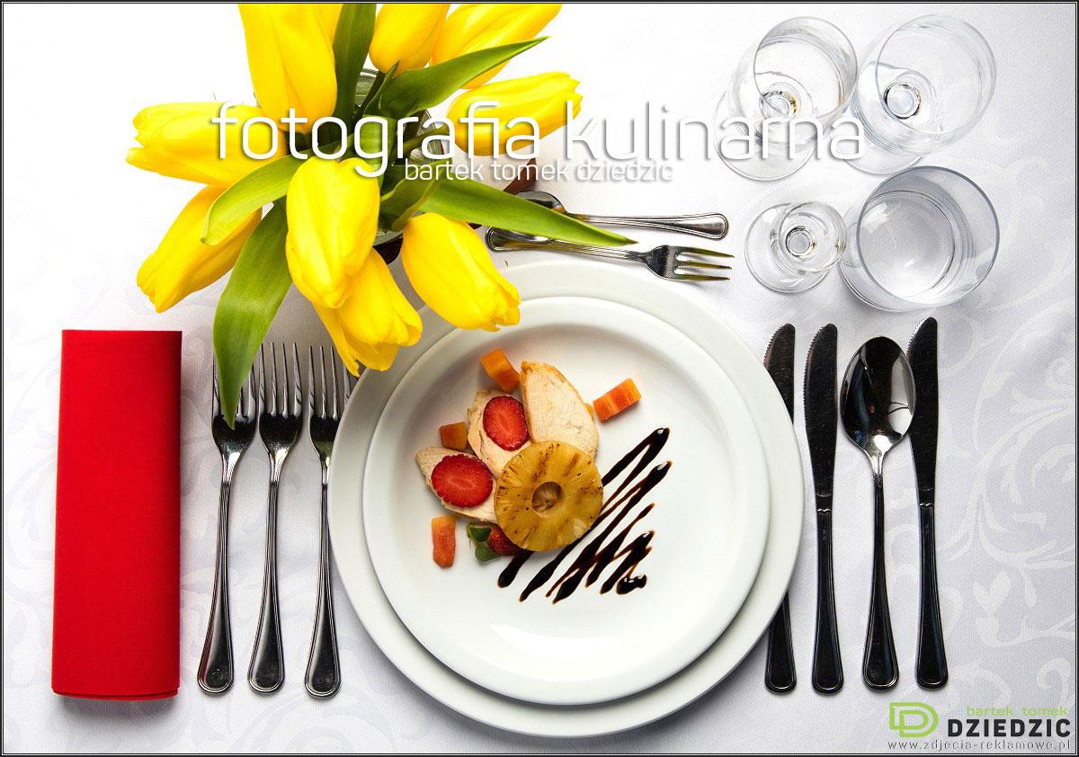 Fotograf kulinarny- na zdjęciu ujęcie z góry potrawy na białym obrusie i białym talerzu