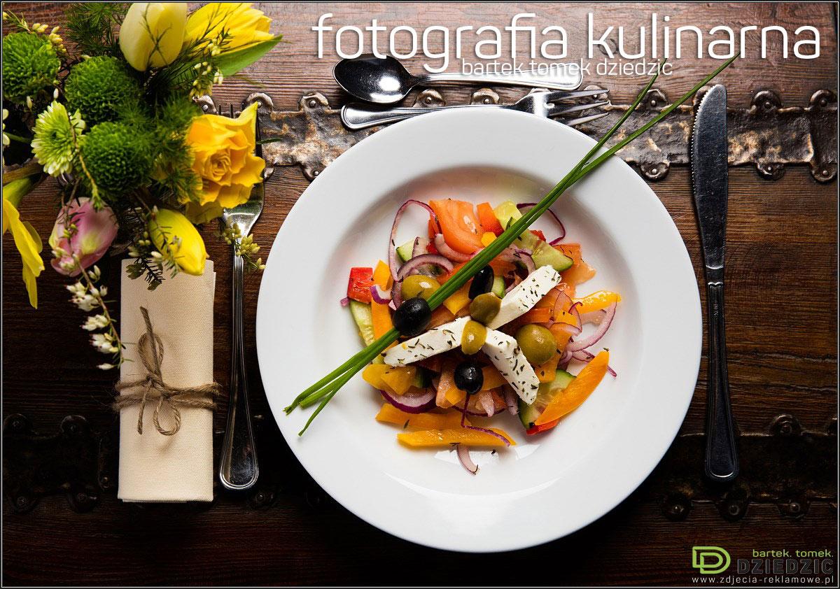 Fotografia reklamowa dla restauracji - zdjęcie potrawy na białym talerzu, wykonane na drewnianym stole