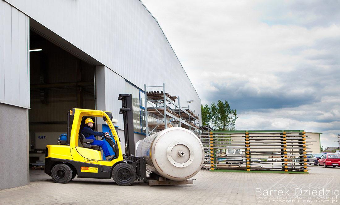 Wózek widłowy transportujące gotowy wyrób. Zdjęcia przemysłowe kraków.