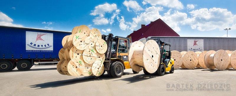 Bębny drewniane gotowe do załadunku. Czekają na transport TIRem do klienta.