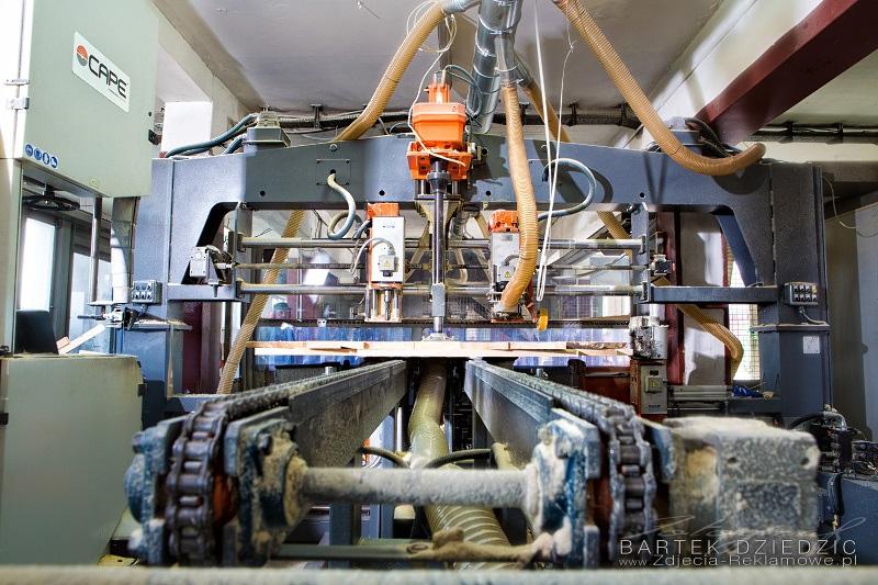Maszyna do obróbki drzewa- zdjęcie z linią transportową.