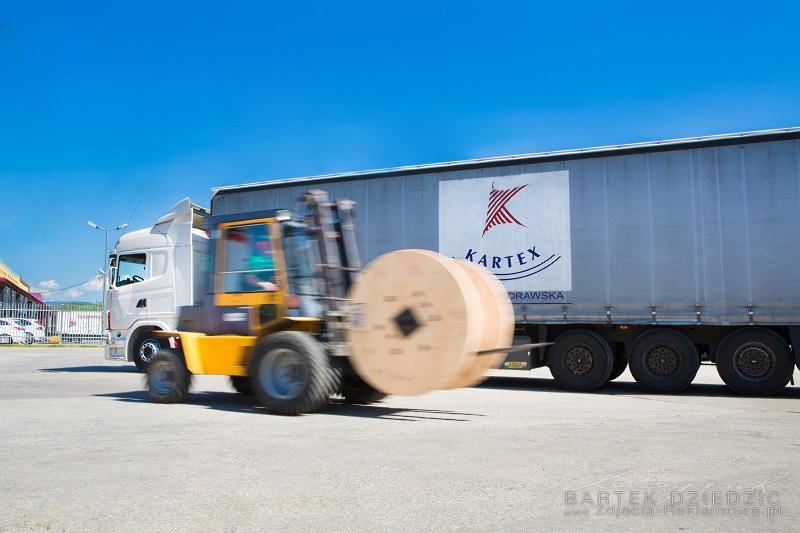 Wózek poruszający się po placu manewrowym. Zdjęcie promocyjne