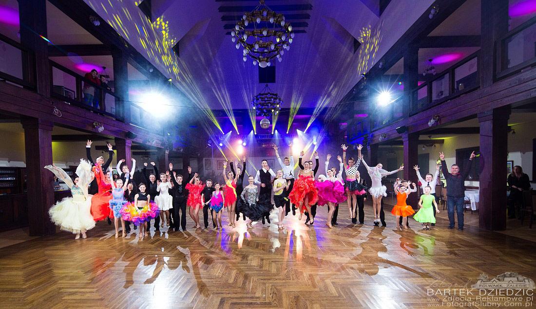 Zdjęcie z turnieju tańca. Grupowe zdjęcie wszystkich par