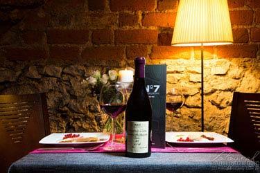 Fotografia reklamowa Kraków - zdjęcie przedstawia wnętrze restauracji - stolik i wino - Warszawa